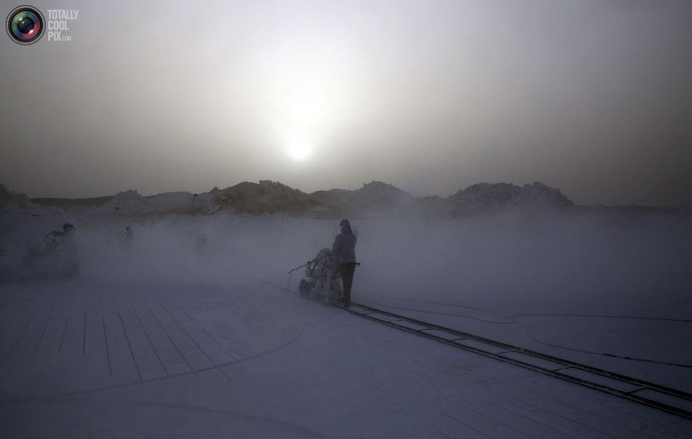 это не съемки фильма «Сумасшедший Макс» и не фестиваль «Горящий человек» («Burning Man»), так выглядит добыча известняка в Египте