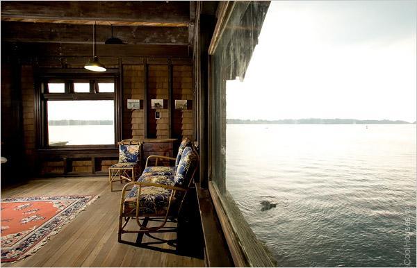 Жилой дом на воде, недалеко от Род-Айленд, США. Дому больше 100 лет, как и древесине, из которой он сделан