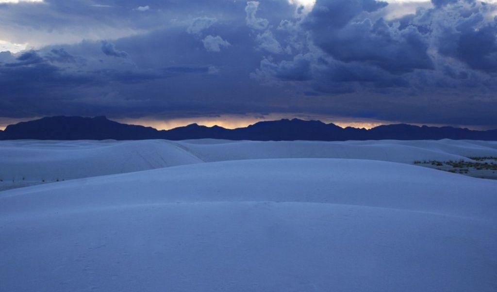 Этот фантастический закат не в снежной и не в песчаной пустыне, а в гипсовой. Белые пески в Нью Мексико